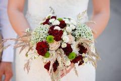 Bruid die mooi huwelijksboeket houdt Royalty-vrije Stock Fotografie