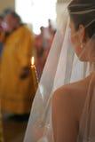 Bruid die onderaan de Doorgang loopt stock foto