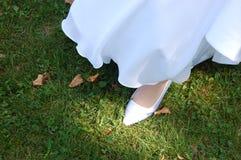 Bruid die op Gras loopt Royalty-vrije Stock Foto's
