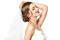 Bruid die op sluiers proberen. stock foto