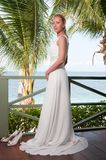 Bruid die op tropische overzeese zijachtergrond slingert Royalty-vrije Stock Foto's