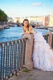 Bruid die openlucht dichtbijgelegen stellen de rivier Stock Foto