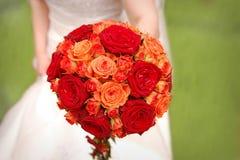 Bruid die oranje boeket houdt Royalty-vrije Stock Foto's