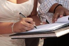 Bruid die register ondertekent Royalty-vrije Stock Foto's