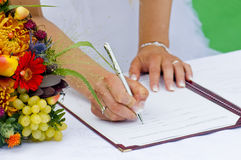 Bruid die Register ondertekent Stock Foto