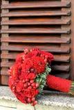 Bruid die rood rozenboeket houden Stock Afbeeldingen