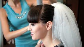 Bruid die voor het huwelijk voorbereidingen treffen stock video