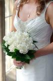 Bruid die witte rozen houdt royalty-vrije stock afbeelding