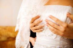 Bruid die zich omhoog kleedt Stock Fotografie