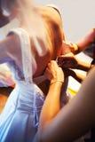 Bruid die zich omhoog kleedt Stock Afbeelding