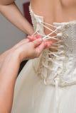 Bruid die zich omhoog kleedt Royalty-vrije Stock Foto