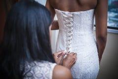 Bruid die zich omhoog kleedt Royalty-vrije Stock Afbeeldingen