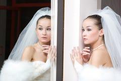 Bruid door de spiegel Stock Foto's