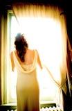 Bruid door het venster stock foto's