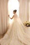 Bruid door venster Stock Afbeelding