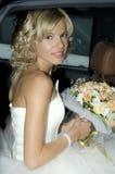 Bruid in een auto stock afbeeldingen