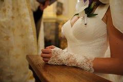 Bruid in een kerk met een priester op een achtergrond Royalty-vrije Stock Afbeelding