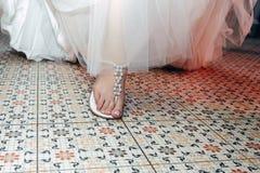 Bruid in een luxueuze huwelijkskleding royalty-vrije stock fotografie