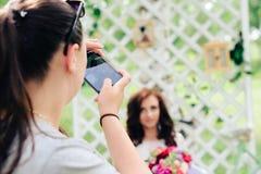 Bruid in een mooie kleding in het decor in een de zomerpark Royalty-vrije Stock Fotografie