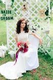 Bruid in een mooie kleding in het decor in een de zomerpark Royalty-vrije Stock Foto