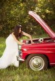 Bruid en auto Stock Fotografie