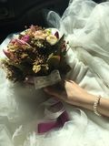 Bruid en bloem bruids toga als achtergrond en Parelhalsband stock foto