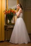 Bruid en bloemen Royalty-vrije Stock Afbeeldingen