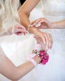 Bruid en bloemmeisje royalty-vrije stock afbeeldingen