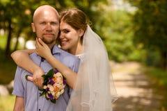 Bruid en bruidegom in aard royalty-vrije stock fotografie