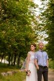Bruid en bruidegom in aard stock foto's
