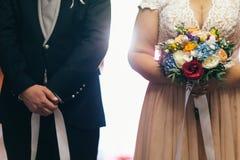Bruid en bruidegom bij de ceremonie royalty-vrije stock foto's