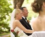 Bruid en Bruidegom bij de Ceremonie van het Huwelijk Royalty-vrije Stock Afbeeldingen
