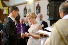 Bruid en bruidegom bij de kerk Stock Foto