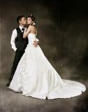 Bruid en bruidegom bij donkere achtergrond. Het paar van het huwelijk Stock Foto's