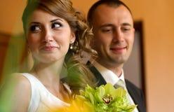 Bruid en bruidegom bij het ondertekenen van het register van het huwelijkscontract Royalty-vrije Stock Afbeeldingen