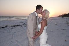 Bruid en Bruidegom bij het Strand royalty-vrije stock afbeeldingen