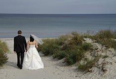 Bruid en bruidegom bij het strand Stock Foto's