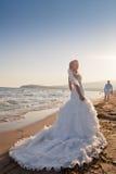 Bruid en bruidegom bij het strand Royalty-vrije Stock Fotografie