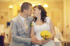 Bruid en bruidegom bij huwelijksbanket Royalty-vrije Stock Foto