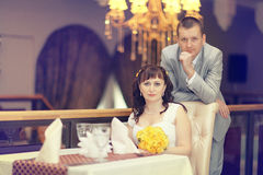 Bruid en bruidegom bij huwelijksbanket Stock Afbeeldingen