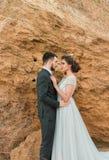 Bruid en bruidegom bij huwelijksceremonie dichtbij overzees Stock Fotografie