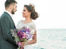 Bruid en bruidegom bij huwelijksceremonie dichtbij overzees Stock Foto's