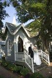 Bruid en bruidegom bij kerk Stock Foto's