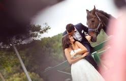 Bruid en bruidegom bij nagel zwart paard stock foto's