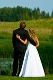 Bruid en bruidegom bij vijver