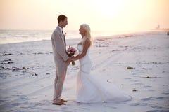 Bruid en Bruidegom bij Zonsondergang Stock Afbeeldingen