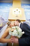 Bruid en bruidegom in binnenland van huwelijkspaleis Royalty-vrije Stock Foto's