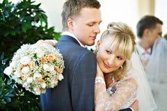 Bruid en bruidegom in binnenland van huwelijkspaleis Stock Fotografie