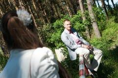 Bruid en bruidegom in bos royalty-vrije stock foto's