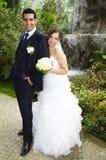 Bruid en bruidegom in botanische tuin Stock Afbeeldingen